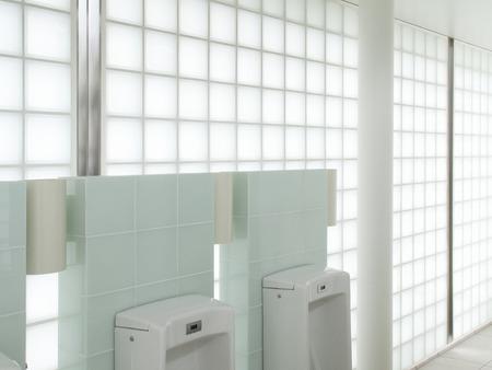 lavamanos: Limpie ba�o p�blico Foto de archivo