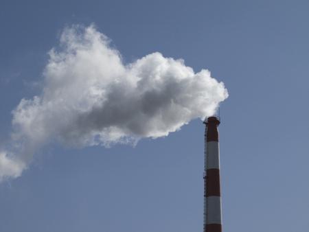vapore acqueo: Trash fuori vapore acqueo inceneritore camino Archivio Fotografico