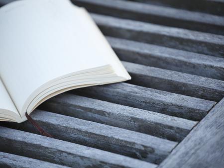 庭園用のいすや文庫本 写真素材