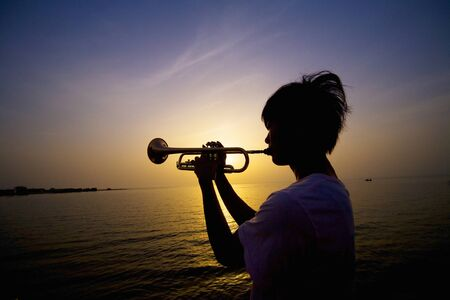 10s: Silhouette to play the trumpet Stock Photo