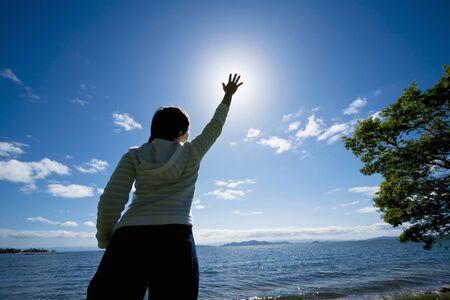 alzando la mano: Mañana Lago