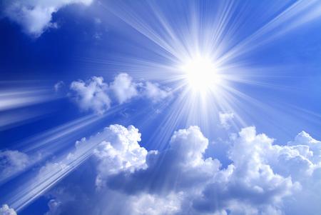 Blauwe hemel witte wolken licht