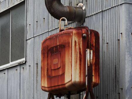 tanque de combustible: Depósito de combustible estufa de aceite oxidado Foto de archivo
