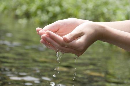 손으로 물을 긁는 다.