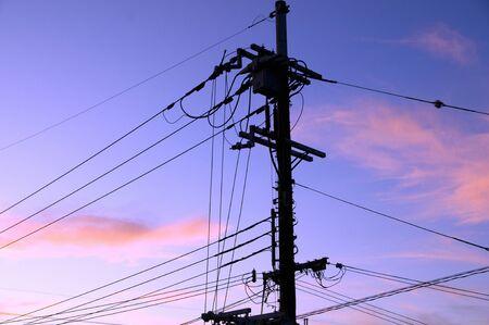 Strommasten und Stromleitungen Standard-Bild