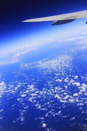 Vleugels en zee van wolken