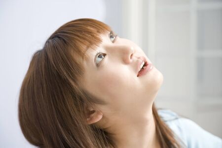 femme regarde en haut: Femme regardant vers le haut Banque d'images