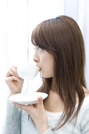 コーヒーを飲む女性 写真素材