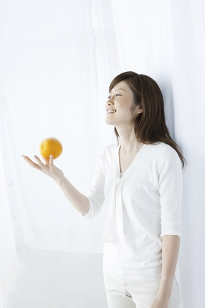 to toss: Women who toss orange