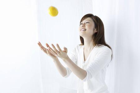 coger: Mujer para coger un limón
