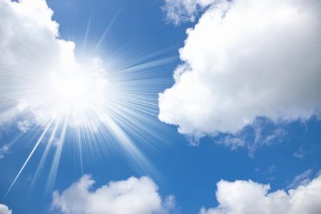 Dominando nube in estate e il sole