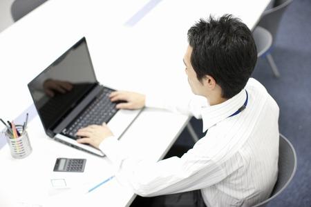 Empresario de trabajo en un ordenador portátil Foto de archivo - 39596611