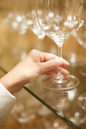 şarap kadehi: Women who take a wine glass