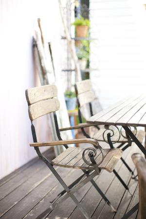 entracte: Chaises et tables plac�es dans le jardin de la terrasse en bois