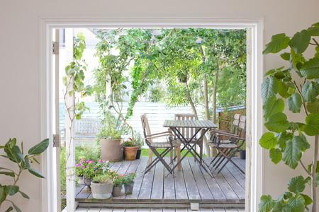 luz natural: Jardín cubierta de madera Foto de archivo