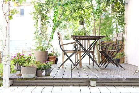 despacio: Jardín cubierta de madera Foto de archivo