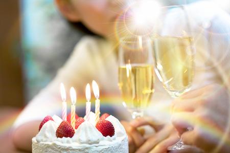祝う: カップルが誕生日を祝うため