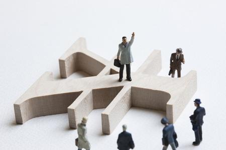 solid figure: segno circolare in miniatura e uomo d'affari