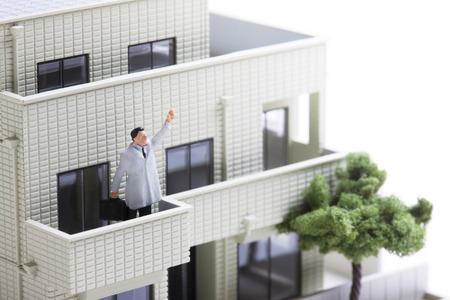 wnętrzności: Miniature businessmen to Guts pose