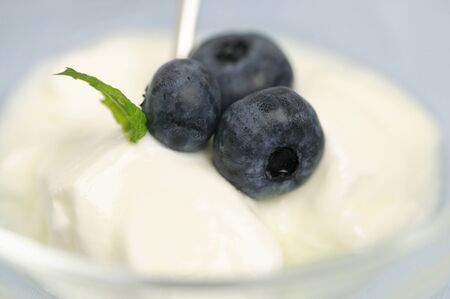 Yogurt topped with blueberries 版權商用圖片