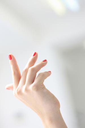 赤い爪のポーランド語の女性