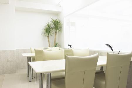 白いテーブルと椅子