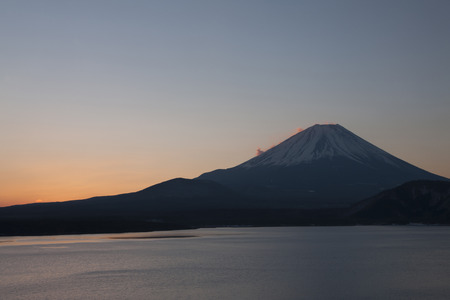breaking dawn: Vista del amanecer desde motosu lago Mt. Foto de archivo