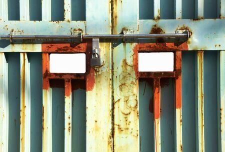 얼굴에 보이는 철문 스톡 콘텐츠 - 47242516