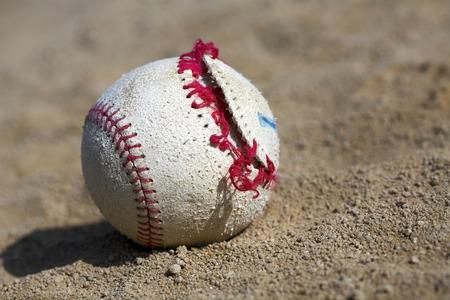pelota beisbol: Broken baseball ball