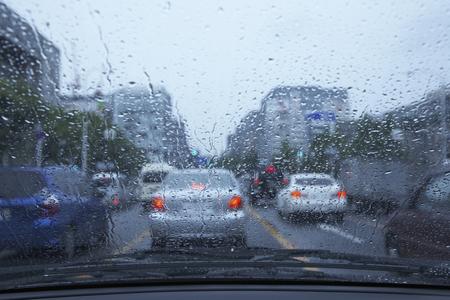 Conduire un jour de pluie Banque d'images