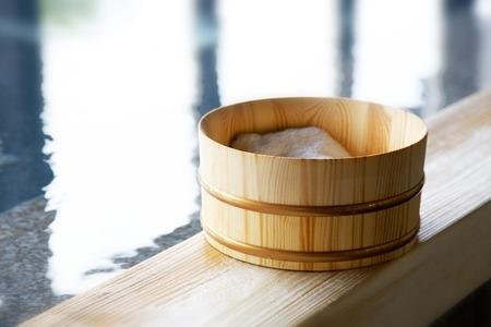 Baño de ciprés japonés y bañera
