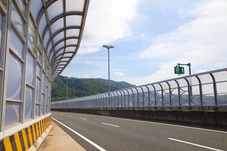 contaminacion acustica: Muro de aislamiento ac�stico de Carreteras Foto de archivo
