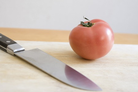 cuchillo de cocina: Tomates y cuchillo de cocina