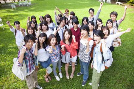 ガッツポーズする大学生