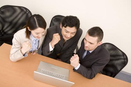 wnętrzności: Businessman and OL to the guts pause to look at the computer monitor Zdjęcie Seryjne