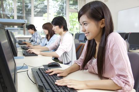 Los estudiantes universitarios que se dirigían a la PC Foto de archivo - 43238999