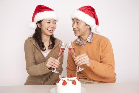 weihnachtskuchen: Paar genießt eine Weihnachtsfeier