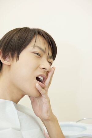 distort: Male patient to distort the face toothache