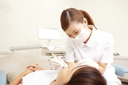 Men subjected to dental hygiene and therapy 版權商用圖片