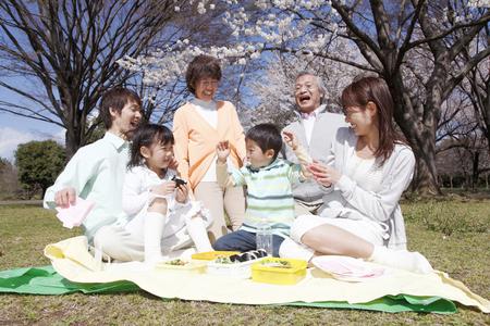 familia comiendo: Familia de tres generaciones que rodea su almuerzo