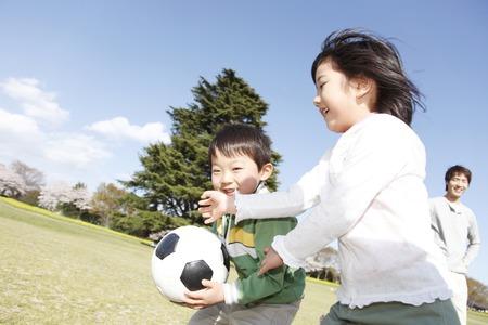 jugando futbol: Hermanos para jugar con una pelota