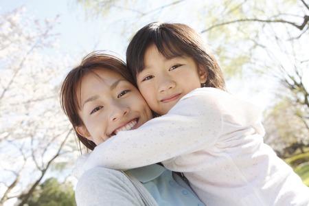 Abrazos madre hija Foto de archivo - 43243028