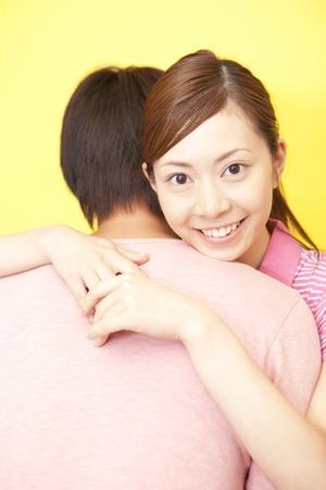 seres vivos: Mujeres que abrazan el hombre con una sonrisa