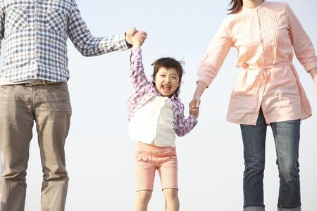 親と手を保持している女の子