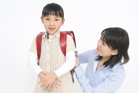 mochila escolar: Hija y madre con una bolsa de la escuela Foto de archivo