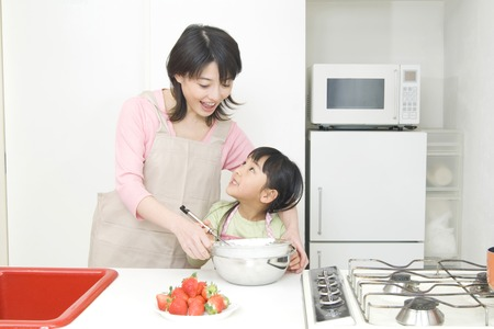 niños cocinando: la madre y el niño de cocción