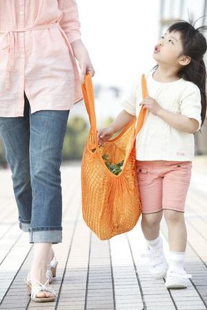 niños de compras: Muchacha con el bolso ecológico con su madre