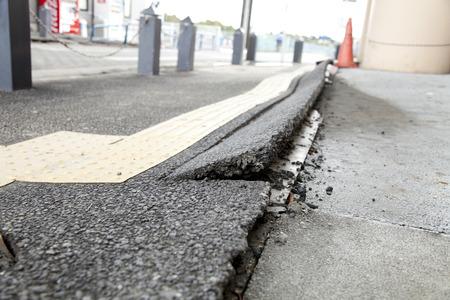 Sidewalk gekraakt door aardbeving Stockfoto