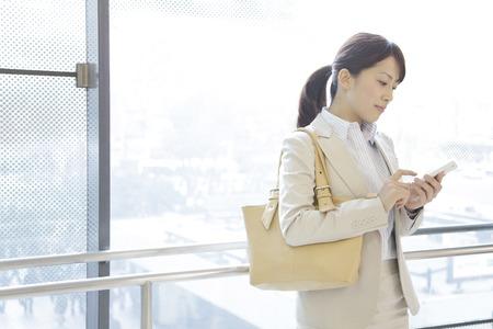 empleados trabajando: OL trabajar con Smartphones Foto de archivo