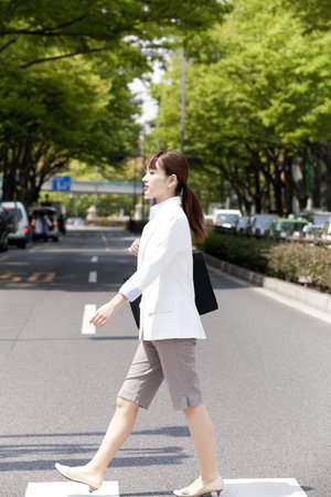 paso de cebra: Las mujeres de todo el paso de peatones